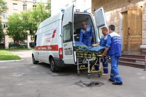 доктора выкатывают носилки из авто скорой помощи