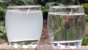 стакан чистой и хлорированной воды