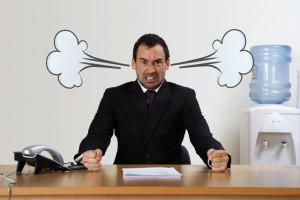 злой мужчина в офисе