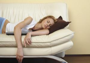 женщина спит на диване