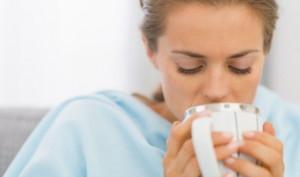 женщина пьет из чашки