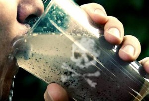 мужчина пьет грязную воду из стакана