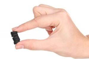 таблетки угля в руках