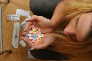 женщина с таблетками в руках