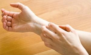 рука чешет руку