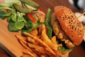 гамбургер, картошка фри и огурец