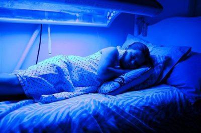 женщина под ультрафиолетовым светом