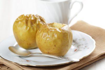 печеные в микроволновке яблоки на тарелке