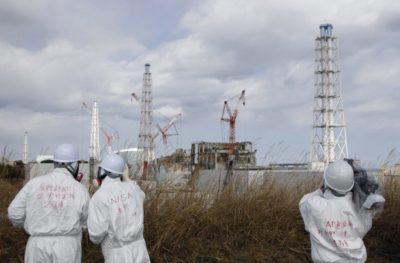 люди на фоне аварии в фукусиме